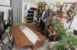 patrick-favot-deplie-un-cercueil-en-carton-(photo-arnaud-castagne).jpg
